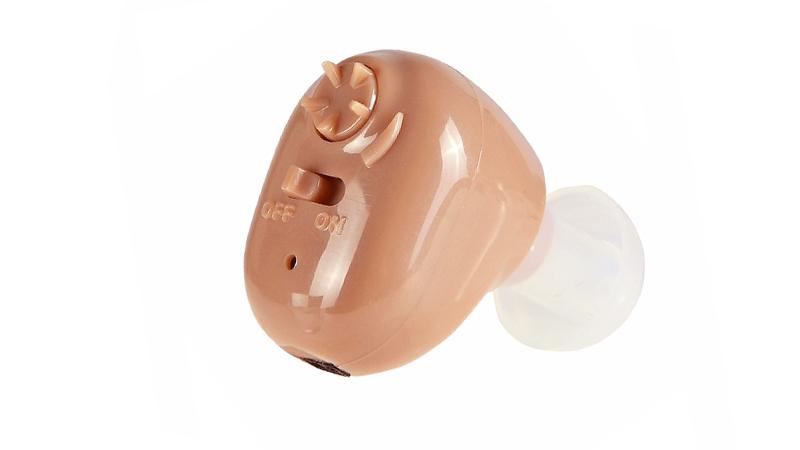 Audífonos en el oído que son recargables